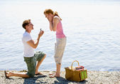 Boyfriend proposing to girlfriend near stream — Stock Photo