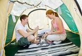 テントの中で座っているカップル — 图库照片