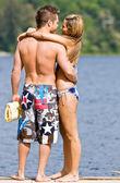 Casal abraçando no cais — Fotografia Stock