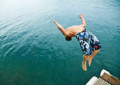 Man doing back-flip into lake — Stock Photo