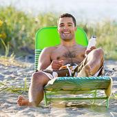男子在海滩防晒的应用 — 图库照片