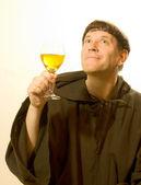 De monnik prijst de wijn — Stockfoto