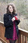 Jonge vrouw drinken koffie — Stockfoto