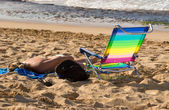 女性のビーチ 2 で日光浴 — ストック写真