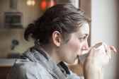 美しい若い女性は彼女の朝一杯のコーヒーを飲む. — ストック写真