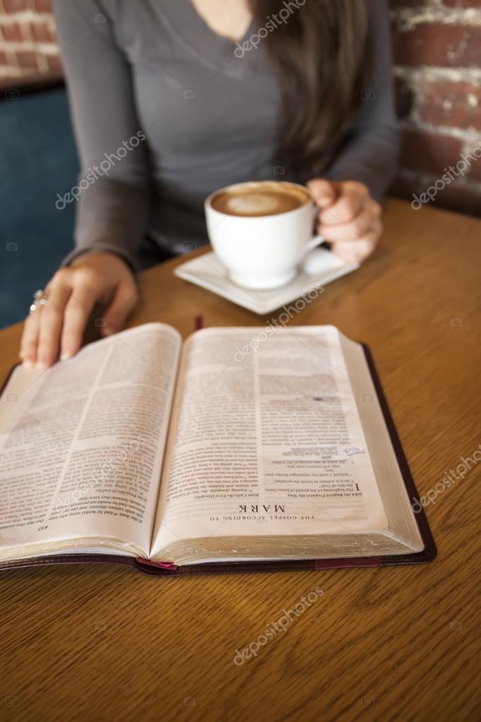 mujer joven con la taza de caf blanco lee su biblia foto de stock 23879347 depositphotos. Black Bedroom Furniture Sets. Home Design Ideas