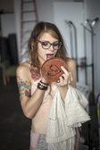 Genç kadın inr sutyen ve külot makyajını yapıyor — Stok fotoğraf