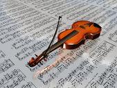 Violino no cenário de partituras com nuvens refletindo — Foto Stock
