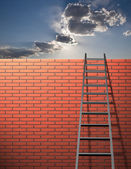 Ladder leans on wall with sky — Stockfoto