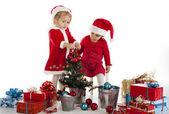 Zwei glückliche santa helfer — Stockfoto