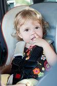 Bebê fofo escolhe seu nariz — Foto Stock