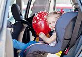 Mutlu bebek kız araba koltuğunda — Stok fotoğraf