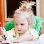 bella ragazza imparando a disegnare con — Foto Stock