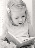 Cute little girl reading  — Stockfoto