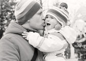 Dad kissing daughter — Stockfoto