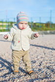 Toddler boy walking on the beach — Fotografia Stock