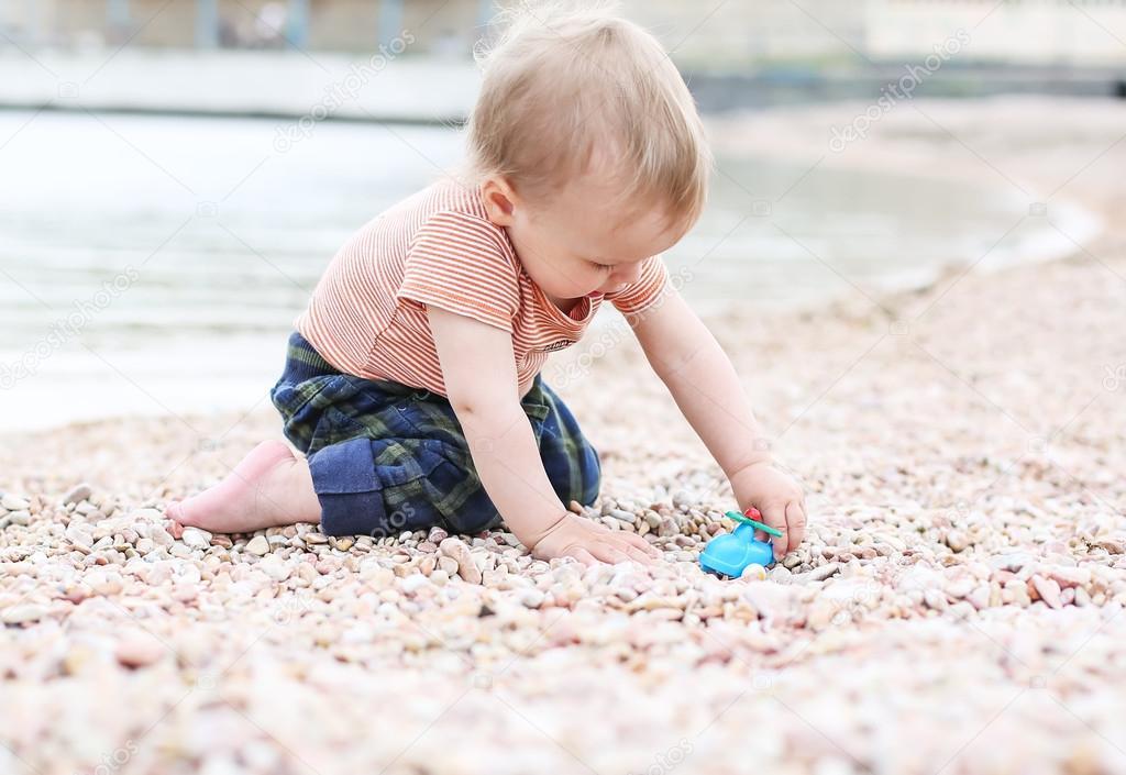 可爱的蹒跚学步的孩子男孩玩耍