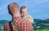 Menino da criança no ombro de seu pai — Foto Stock