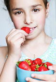 Child eating a strawberry  — Stockfoto
