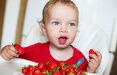 Niño del niño feliz comiendo fresas — Foto de Stock