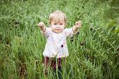Ragazza bambino carino nell'erba — Foto Stock