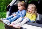 šťastné děti v autě — Stock fotografie