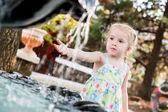 Preschooler menina bonitinha brincando com uma fonte de cidade — Fotografia Stock
