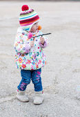 Toddler girl playing on a walk — Foto de Stock