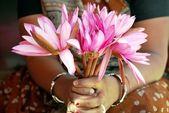 Blomma säljaren säljer näckrosor — Stockfoto
