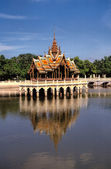 Pagoda reflecting in water. Bangkok.Thailand. — Foto de Stock