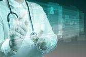 Docteur en médecine de travail avec ordinateur moderne — Photo