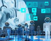 Doctor en medicina trabajando con equipo moderno — Foto de Stock