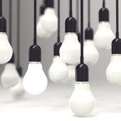 Créatif idée et leadership concept ampoule sur fond gris — Photo