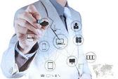 Geschäftsmann arbeiten mit einem cloud-computing-diagramm — Stockfoto