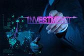 Zakenman hand wijzen aan investeringen diagram — Stockfoto