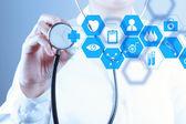 Medicine doktor hand arbetar med modern datorgränssnitt — Stockfoto