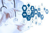 Medicína ruku s moderní počítačové rozhraní — Stock fotografie