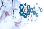 薬医師の手が現代のコンピューターのインターフェイスでの作業 — ストック写真
