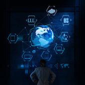 Empresário pensando em um diagrama de computação de nuvem no novo computador — Fotografia Stock