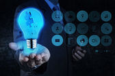 Main de l'homme d'affaires montre partenariat lumière et puzzle — Photo