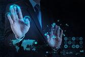 Empresario trabaja con un diagrama de computación nube en el nuevo ordenador — Foto de Stock
