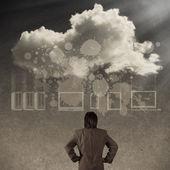 Empresário a pensar no conceito de ideia de rede de nuvem — Fotografia Stock