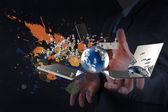 Kaufmann zeigt moderne technologie und spritzwasser farben — Stockfoto