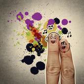 το ζευγάρι χαρούμενος δάχτυλο στην αγάπη με ζωγραφισμένο γελαστά και τραγουδούν ένα s — Φωτογραφία Αρχείου