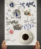 рукой придерживая 3d чашка кофе на диаграмме бизнес стратегии — Стоковое фото