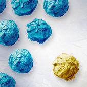 黄色のしわくちゃの紙のリーダーシップの概念 — ストック写真