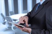 会議室で、デジタル タブレットを使用して実業家の手 — ストック写真
