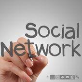 El ile yeni modern bilgisayar çalışma sosyal ağ yapı göster — Stok fotoğraf