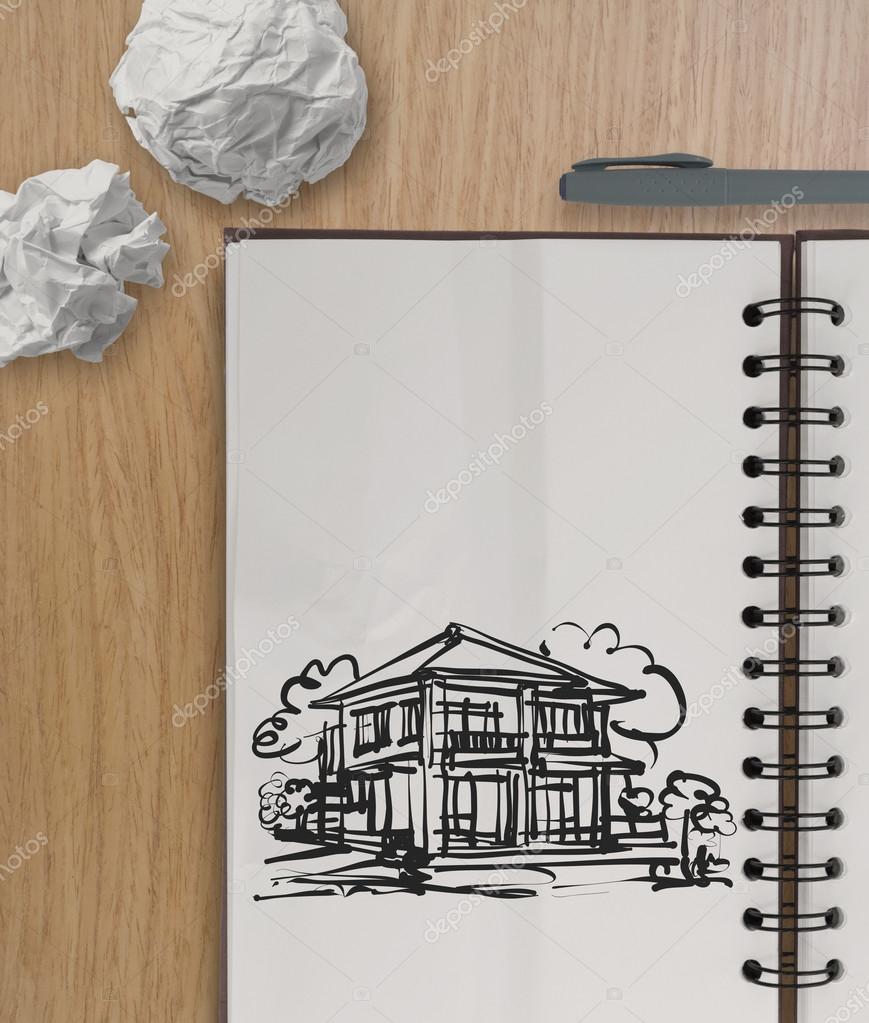 Mano Disegno Casa Su Carta Raggrinzita Con Tavolo In Legno