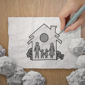 Hand zeichnen familie und haus als versicherung konzept — Stockfoto